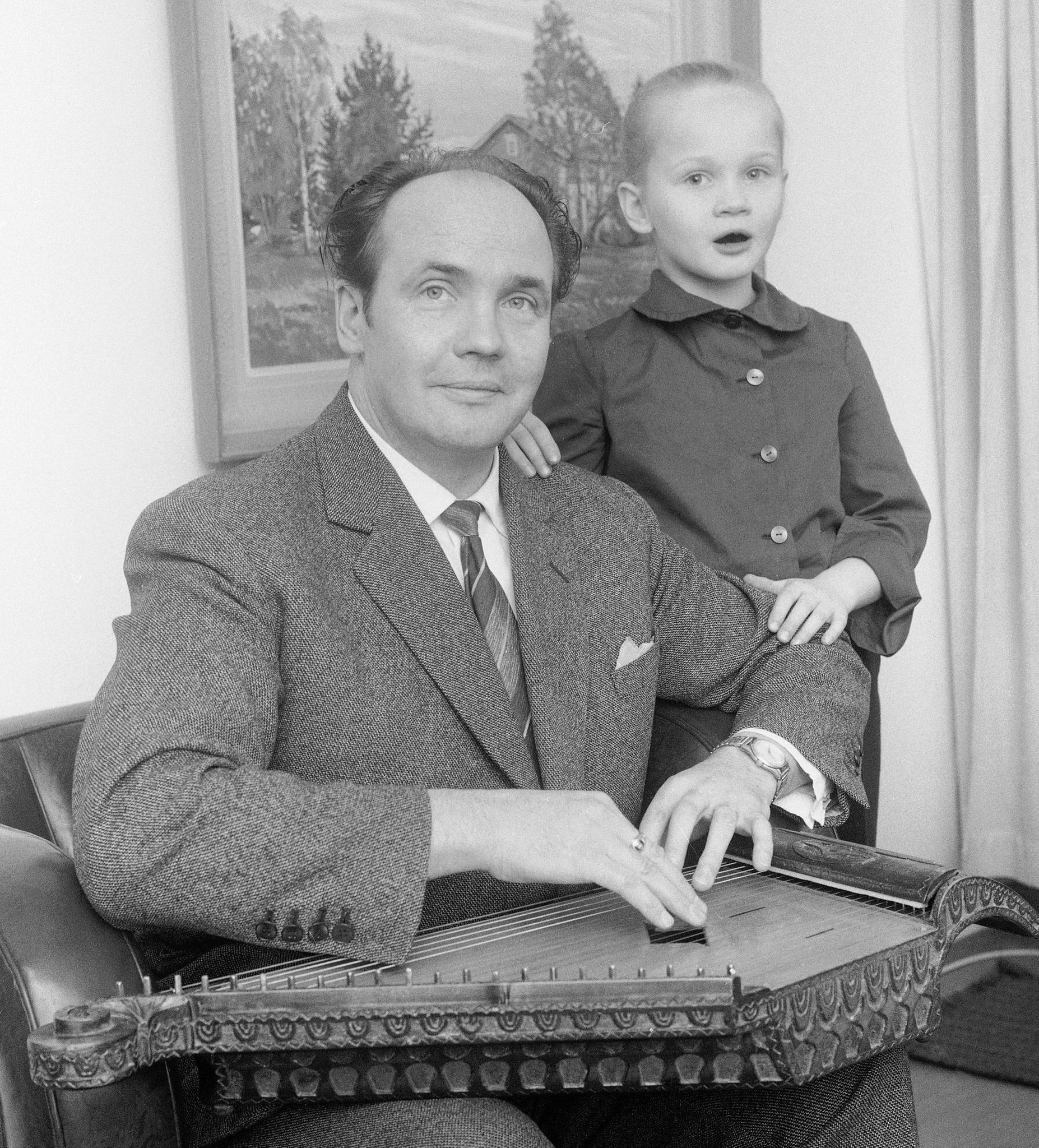 Martti Pokela soittaa kannelta ja tytär Eveliina laulaa 24. marraskuuta 1962.