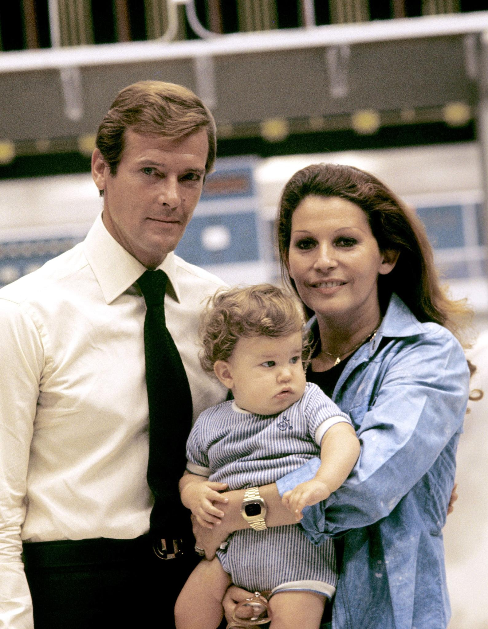 Sir Roger Moore vaimonsa Luisa Mattiolin ja poikansa kanssa vuonna 1974.