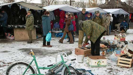 Ihmisiä venäläisellä torilla.