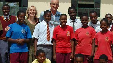 Seppo Ainamo ja Oili Wuolle koululaisten ympäröimänä Zimbabwessa.