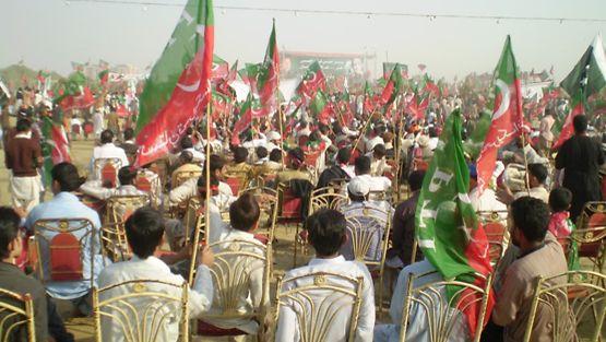 Imran Khanin vaalitilaisuus joulupäivänä suurella urheilualueella, jossa ihmisiä on arviolta 1,2 miljoonaa.