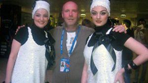 Jouni nappasi Moskovassa kainaloonsa Armenian edustajat Ingan ja Anushin.