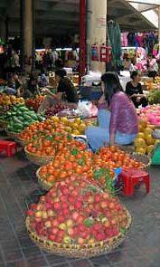 Kaupantekoa vietnamilaisella torilla.