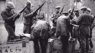 Kylän vanhoille miehille ja nuorille pojille jaettiin kiväärit puolustusta varten.