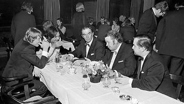Valokuvaaja Alvar Kolanen tallensi filmille  julkkiksia 1950-70-luvuilla. Tässä kuvassa ovat muun muassa Irwin Goodman ja Vexi Salmi.
