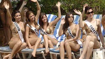 Miss Universum -kilpailijat poseeraavat bikineissään vuonna 2005.