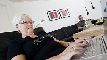 Celia Blay käytti tietokonetta rikollisen jäljittämiseen. Kuvan henkilö ei liity tapaukseen.
