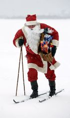 Joulupukki hiihtää kylmässä viimassa.