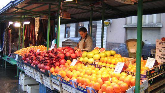 Kauppatorilla on tarjolla muun muassa hedelmiä ja käsitöitä.