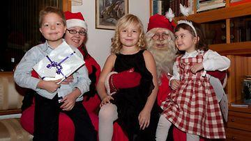 Pyry, Rea ja Ava joulupukin ja Nasu-tontun kanssa.