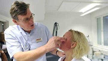Tom Schröder tutkii potilasta hoito-operaation jälkeen.