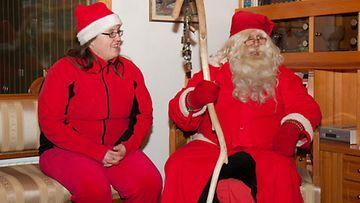 Joulupukki ja Nasu-tonttu eli Risto ja Pauliina Luukkanen kiertävät tänäkin aattona yli 30 tuusulalaiskodissa.