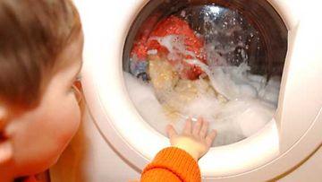 Pikkulapsi päätyi kohtalokkaasti pesukoneen sisään. Kuvan poika ei liity juttuun.