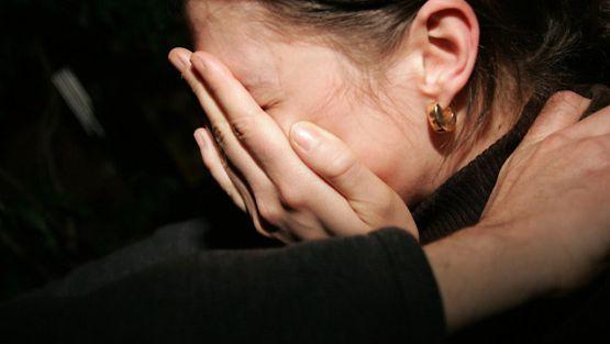 Minna kärsi avioliitossan pahoinpitelyistä. Kuvan henkilö ei liity juttuun.