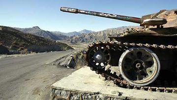 Vanha venäläinen sotakone värittää afganistanilaista masiemaa.