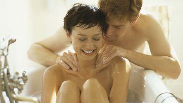 Erään vinkin mukaan puolisolta saa suopeampaa kohtelua krapulassa, kun hemmottelee häntä ennen juhlimista.
