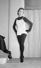 Mannekiini esittelee alusasuja muotinäytöksessä hotelli Palacessa vuonna 1954.