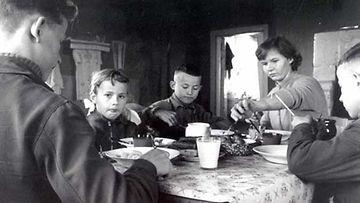 Maatalon perhe aterialla vuonna 1958, jolloin Suomi ajautui laman kouriin.