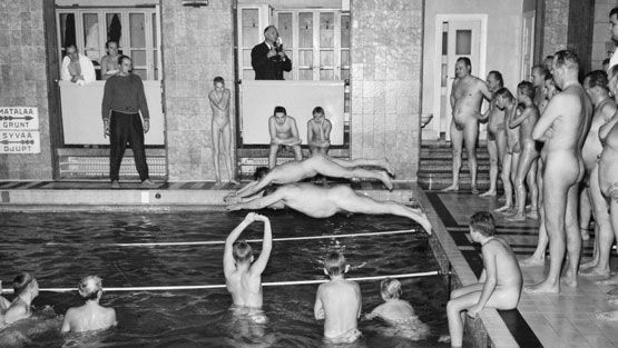 Miesten uimakilpailut Yrjönkadun uimahallissa vuonna 1960.