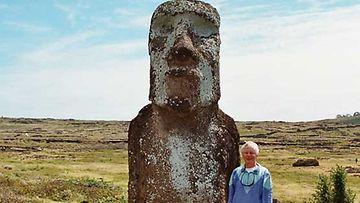 Mikko Heikinheimo ja Moai-patsas.