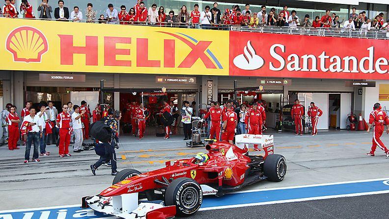 Ferrari-tallin väkeä Korean varikolla