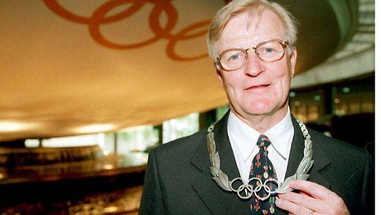 Kosti Rasinperä sai vuonna 1996 kunnianosoituksen työstään Suomen Olympiakomitean pääsihteerinä.
