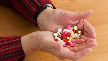 Eläkeläinen kokee, ettei terveydenhuollossa välitetä ikäihmisistä.