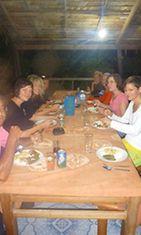 Vapaaehtoistyöntekijät yhteisellä päivällisellä kylässä.
