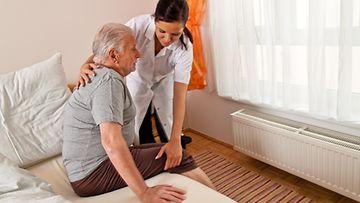 Parkinsonin tautiin liittyy liikkeiden hidastuminen ja tyypillinen lihasjäykkyys.