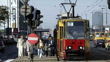 Kuhinaa raitiovaunupysäkillä Varsovassa.