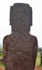 Moai-patsaaseen kaiverrettuja Lintumies-kultin symboleja.