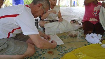 Solmuvärjäystä opettelemassa.