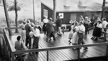 Lavatanssitunnelmaa Hevossalmella juhannuksena vuonna 1953.
