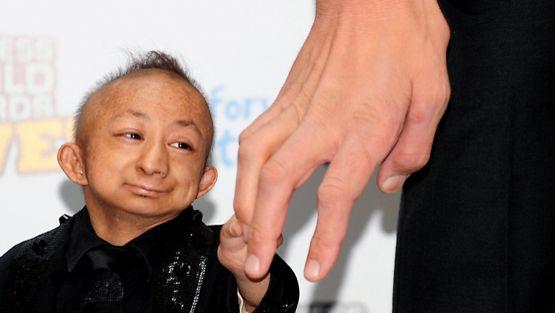Maailman suurimman miehen käsi ja maailman pienin mies.