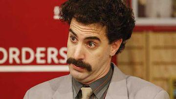 Röyhkeä toimittaja Borat (Saha Baron Cohen) pistää haastateltavansa tiukille.