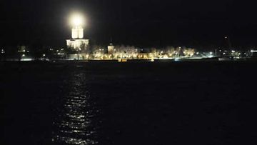 Suomenlinnan majakka valaisee pimeää marraskuun yötä.