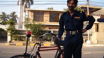 Paikallinen poliisi on hyvin ystävällistä ja liikkuu myös ympäristöystävällisesti hälytyslaitteilla varustetulla polkupyörällä.