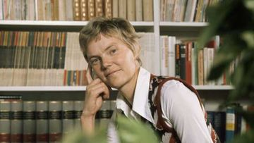Nuori Märta Tikkanen työhuoneessaan.