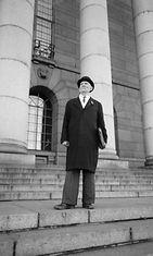 Matti Klemettilä vuonna 1958 Eduskuntatalo portailla.