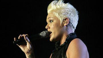 Pink joutui keskeyttämään konserttinsa kaaduttuaan.