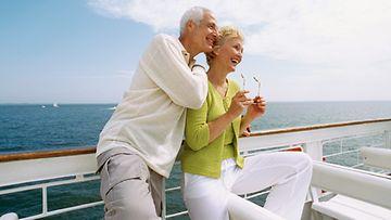 Matkustelun myötä suomalaiset ovat tavallista enemmän alttiina auringolle. Kuvan henkilöt eivät liity juttuun.