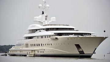 Venäläisen miljardöörin Pelorus-jahti Laajasalon öljysatamassa vuonna 2010.