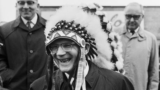 Presidentti Urho Kekkonen ei arkaillut laittaa päähänsä lahjaa, jonka sai vuonna 1961 valtiovierailullaan Yhdysvaltojen Minnesotassa. Takanaan vasemmalla ulkoministeri Ahti Karjalainen ja oikealla suurlähettiläs Rafael Seppälä.