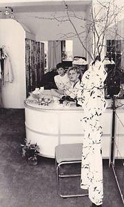 Heli nuoremman tyttärensä kanssa Glamour-putiikissa. Lapset tulivat usein koulun jälkeen syömään takahuoneeseen ja auttamaan vaatekaupan touhuissa.