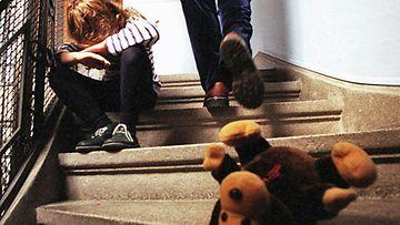 Reija joutui toistuvasti äitinsä pahoinpitelemäksi. Kuvan henkilö ei liity haastatteluun.