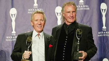 Bobby Hatfield ja Bill Medley juhlivat pääsyään osaksi Rock and Roll Hall of Fame -museota