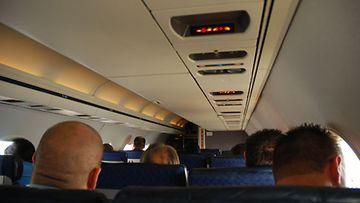Nykypäivänä lentokoneissa ei saa polttaa. Kannattaa myös miettiä kahdesti, ennen kuin päästelee suolistokaasuja.