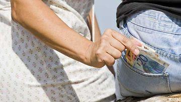 Lompakko kannattaa pitää suljetussa laukussa.