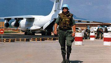 Lentokenttä oli Sarajevon YK-yhteisön henkireikä muuhun  maailmaan sodan aikana. Kuvassa suomalainen rauhanturvaaja-kapteeni  toukokuussa 1992, jolloin taistelut kaupungissa laajenivat  hallitsemattomaksi katastrofiksi.