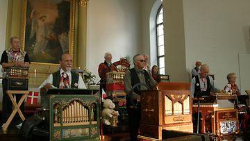 Aurinkolasipäinen Teuvo soittaa Delekaansa Hämeenlinnan kirkkokonsertissa vuoden 2009 Kansainvälisissä Posetiivifestivaaleissa.